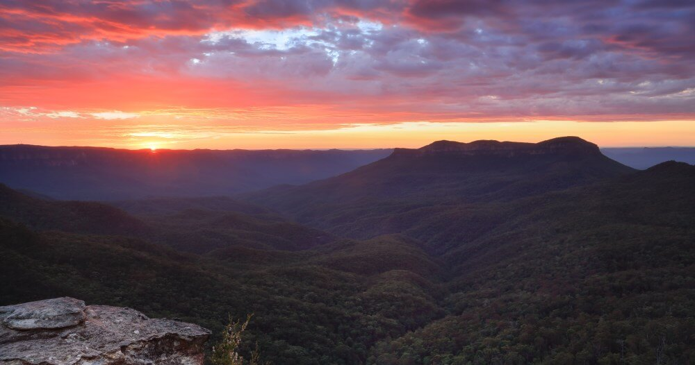 Sydney Tours R Us Spectacular sunriwse with views across the magnificent Jamison Valley to Mount Solitary